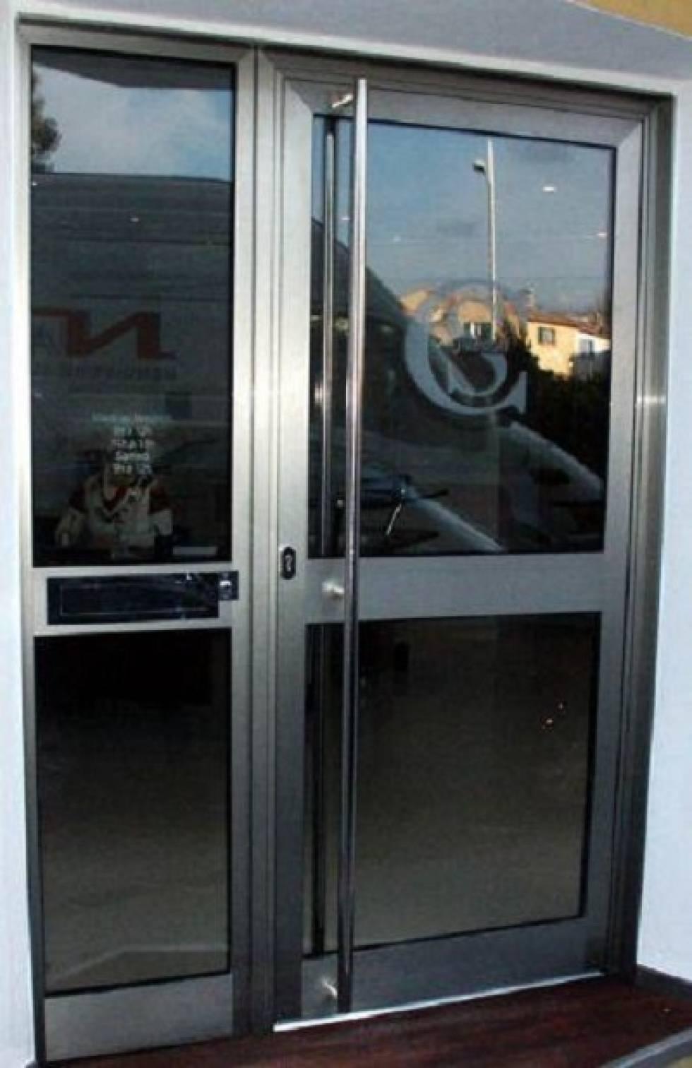 Fabrication et pose d 39 une porte d 39 entr e pour une agence for Fabricant de porte et fenetre