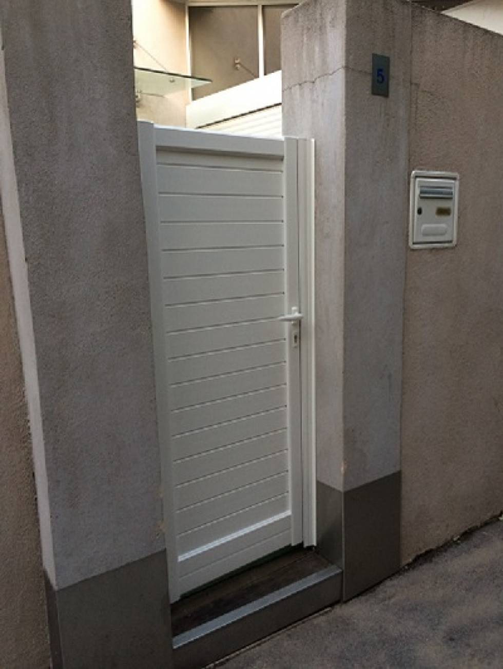 pose de portillon en aluminium laqu blanc martigues nad alu. Black Bedroom Furniture Sets. Home Design Ideas